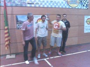 La organización (izquierda) los tres miembros del equipo campeón (derecha)